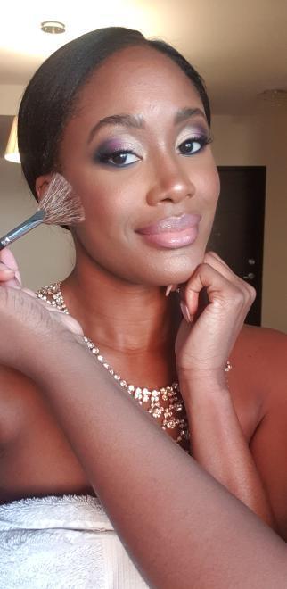 Maquillage pour femmes noires. Maquillage antillaises. Smokey eye violet et doré.